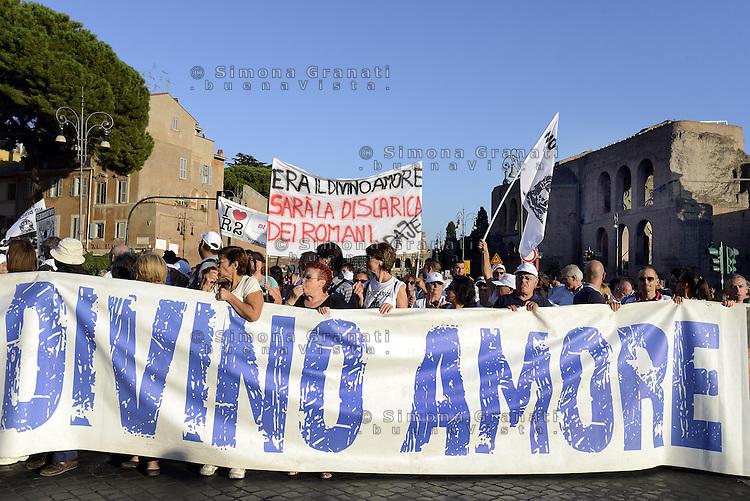 Roma 21 Settembre 2013<br /> Manifestazione del comitato anti-discarica al Divino Amore. I manifestanti hanno protestato per la scelta del sito nella zona della Falcognana,vicino al Santuario del Divino Amore, il sito che dal primo ottobre dovrebbe ricevere i primi camion di rifiuti da Roma.