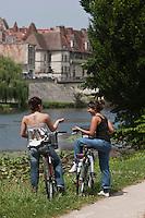 Europe/France/Aquitaine/24/Dordogne/Périgueux: Détente sur  la voie verte qui longe l'Isle et traverse l'agglomération -découverte  de la ville à vélo [Autorisation : 2011-112] [Autorisation : 2011-113]