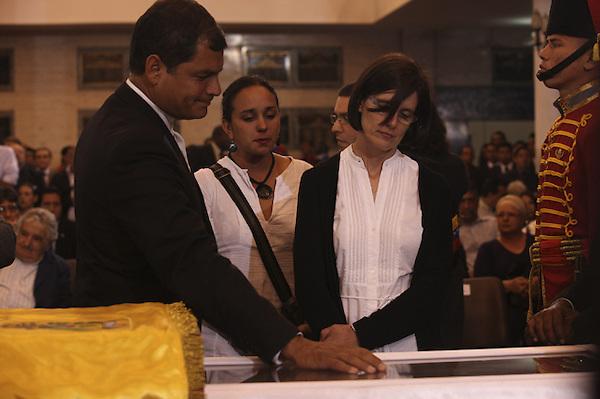 CAR4121. CARACAS (VENEZUELA), 07/03/2013.- Fotografía cedida por la presidencia de Venezuela muestra a la gobernante de Ecuador, Rafael Correa (i), asistiendo hoy, jueves 7 de marzo de 2013, a las honras fúnebres del líder venezolano, Hugo Chávez, en la Academia Militar de Caracas (Venezuela). Delegaciones de más de 50 países son esperadas en Caracas para el funeral de Estado de Chávez por cuyo fallecimiento se ha declarado duelo nacional en 16 países. EFE/PRESIDENCIA DE VENEZUELA/SOLO USO EDITORIAL NO VENTAS
