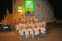 Kerweborsch vun de Tornhall in Büttelborn vor ihrem Stammlokal