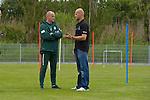 NORDERNEY Trainer Thomas Schaaf bleibt Norderney treu. Nachdem er bereits elfmal mit Fu&szlig;ball-Bundesligist Werder Bremen ins Trainingslager auf die Nordseeinsel gefahren ist, um sein Team auf eine Saison vorzubereiten, will er die Sportpl&auml;tze und die dort gebotene Betreuung auch f&uuml;r seinen neuen Verein, Eintracht Frankfurt, nutzen. Das Trainingslager ist f&uuml;r die Zeit vom 6. bis 12. Juli geplant.<br /> Archiv aus: 05.07.2011, An der Muehle, Norderney, GER, 1.FBL, Trainingslager Werder Bremen, im Bild Surf Weltmeister Bernd FLESSNER stattete am Morgen Thomas Schaaf (Trainer Werder Bremen) einen Besuch ab<br />   // during trainingsession from Werder Bremen 2011/07/03    Foto &copy; nph / Kokenge *** Local Caption ***