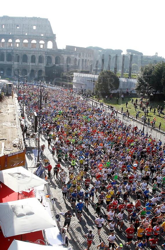 La partenza della Maratona al Colosseo, Roma, 18 marzo 2012..The start of the Marathon at the Colosseum, Rome, 18 march 2012..UPDATE IMAGES PRESS/Riccardo De Luca