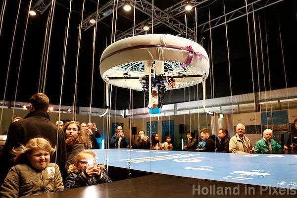 Nederland Eindhoven 2016 04 23. TU Eindhoven. Een groep van twintig studenten van TU Eindhoven houdt gedurende drie dagen een dronecafé in de lucht. Op de campus kunnen bezoekers in de periode 22 tot 24 april bij drones bestellingen doen die ook door drones worden geserveerd. Blue Jay, zoals het pop-up café gaat heten, is onderdeel van een driedaags Dream & Dare Festival ter ere van het zestigjarig bestaan van de universiteit. In het café wil de groep studenten bezoekers uitdagen mee te denken over nieuwe toepassingen met drones. Denk daarbij aan het voorkomen van brand, inbrekers opsporen of medicijnen rondbrengen, aldus Tessie Hartjes, student en teammanager van het project. Foto Berlinda van Dam / Hollandse Hoogte