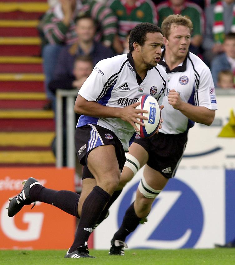 Photo. Richard Lane. .Leicester Tigers v Bath Rugby. Zurich Premiership. 05/10/2002.Gareth Cooper attacks.