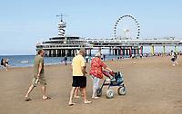 Nederland Scheveningen  2017 .  Een dagje naar het strand. Rollator met grote wielen.   Foto Berlinda van Dam / Hollandse Hoogte