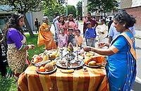 Nederland Den Helder  2016  06 26. Jaarlijkse tempelfeest bij de Hindoe tempel in Den Helder.. Vereniging Sri Varatharaja Selvavinayagar voltooide in 2003 het gebouw dat wordt gebruikt voor het bevorderen van kunst en cultuur. Een ander deel wordt gebruikt voor het praktiseren van religieuze waarden. Het hoogtepunt van de feestperiode is het voorttrekken van de wagen ( chithira theer of ratham ). Dit is een kleurrijke optocht, waarbij de godheid Ganesh in de wagen wordt voortgetrokken door gelovigen. Offerandes langs de route. Foto Berlinda van Dam /  Hollandse Hoogte
