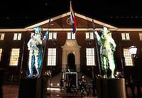 Amsterdam Light Festival . Een cultureel festival met lichtkunst. De Gatekeepers voor de Hermitage
