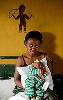 RWANDA, Butare, health center Gikonko, mother with child which was infected with hydrocephalus and operated here / RUANDA, Butare, Institut Saint Boniface, Krankenstation Gikonko, Mutter mit ihrem Kind, das mit der Krankheit Hydrozephalus operiert wurde