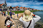 Nederland,Volendam, 05-08-2015  Tourists during the summer holiday in the historical part of Volendam. FOTO: Gerard Til / Hollandse Hoogte.