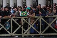 CIDADE DO VATICANO, VATICANO, 20.11.2016 - PAPA-VATICANO - O Papa Francisco acena para os fiéis no final de uma missa para a conclusão do Jubileu da Misericórdia, na Praça de São Pedro no Vaticano neste domingo, 20. (Foto: Denilson Santos/Brazil Photo Press)