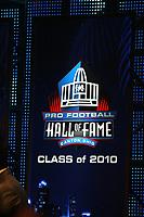 Logo des Hall-of-Fame Jahrgangs 2010<br /> NFL Hall of Fame PK *** Local Caption *** Foto ist honorarpflichtig! zzgl. gesetzl. MwSt. Auf Anfrage in hoeherer Qualitaet/Aufloesung. Belegexemplar an: Marc Schueler, Alte Weinstrasse 1, 61352 Bad Homburg, Tel. +49 (0) 151 11 65 49 88, www.gameday-mediaservices.de. Email: marc.schueler@gameday-mediaservices.de, Bankverbindung: Volksbank Bergstrasse, Kto.: 52137306, BLZ: 50890000