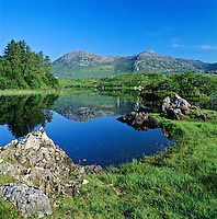 Ireland, County Galway, Connemara, near Clifden: View over lake and mountains in National Park | Irland, County Galway, bei Clifden: See und Berge des Connemara Nationalparks