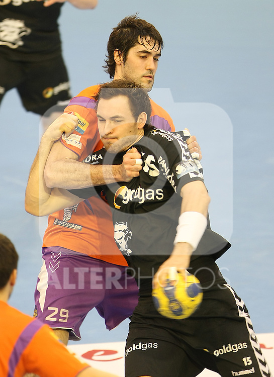Rhein-Neckar Lowen's Michael Muller (r) and Pevafersa Valladolid's Raul Entrerrios during EHF Champions League match March 27, 2010. (ALTERPHOTOS/Acero)