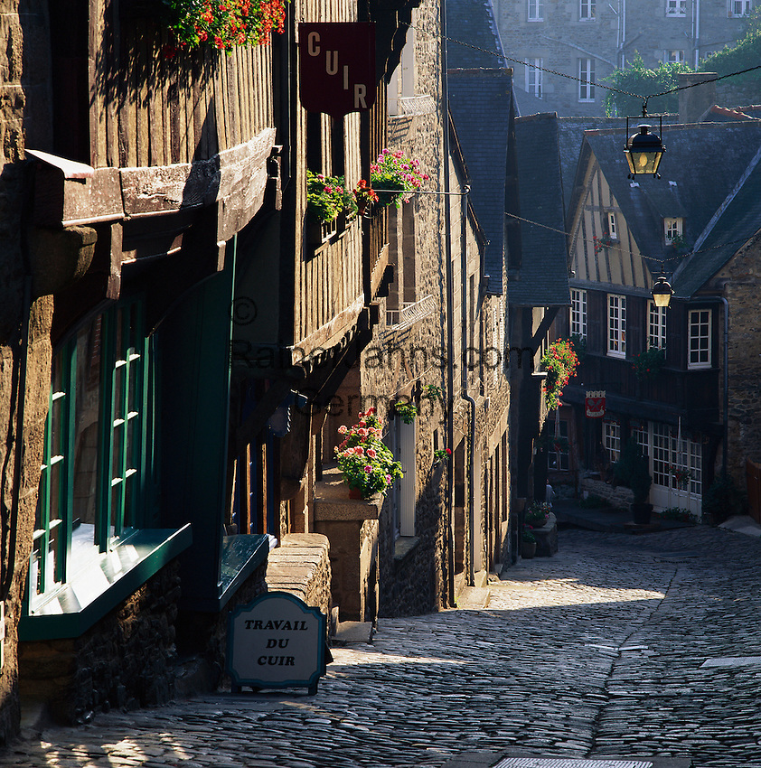 France, Brittany, Département Côtes-d'Armor, Dinan: View down steep cobbled street | Frankreich, Bretagne, Département Côtes-d'Armor, Dinan: Altstadtgasse mit Kopfsteinpflaster