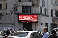 SAO PAULO, SP, 15 DE JUNHO DE 2012 - ECONOMIA - IMPOSTOMETRO - A arrecadacao de impostos passou da ordem de R$ 680 bilhoes, nesta sexta-feira, segundo o Painel do Impostometro, da Associacao Comercial de Sao Paulo, localizado na regiao central da cidade. FOTO RICARDO LOU - BRAZIL PHOTO PRESS
