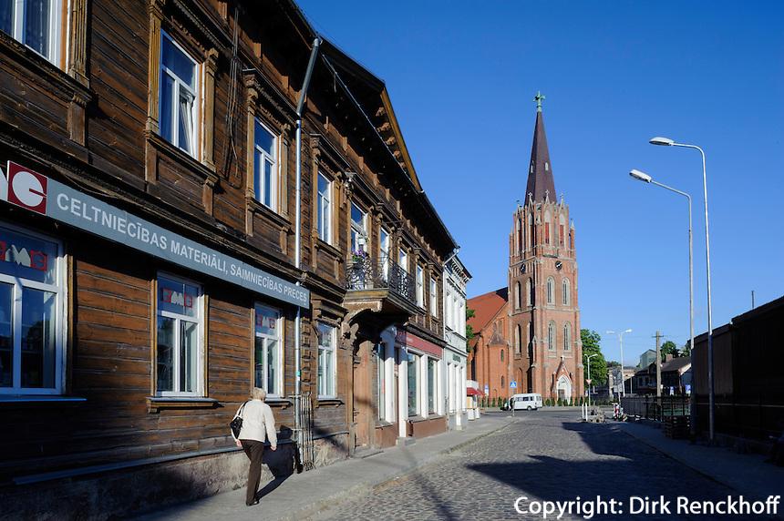 St.Anna-Kirche und Holzhaus  in Liepaja, Lettland, Europa