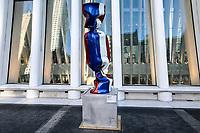 """NOVA YORK,EUA, 19.01.2019 - EXPOSIÇÃO-EUA - Escultura com as bandeiras de várias nações; parte de uma exposição chamada """"Candy Nations"""" é mostrada fora de Oculus; um dos prédios que substituiu o World Trade Center original em 14 de janeiro; 2019 em Nova York. - Candy Nations representando as bandeiras de cada um dos países do G20 como confeitos embalados de 9 pés de altura; tem atraído críticas por sua colocação fora do 1 World Trade Center. (Foto: William Volcov/Brazil Photo Press)"""