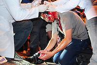 RIO DE JANEIRO, RJ, 22.07.2013 - O fotógrafo da Agência France-Presse Yasuyoshi Chiba foi ferido na cabeça por um policial militar na noite desta segunda-feira, durante um protesto nos arredores do Palácio Guanabara contra o gasto público por ocasião da visita do Papa Francisco, revelou a própria vítima. (FOTO: SANDROVOX / BRAZIL PHOTO PRESS)