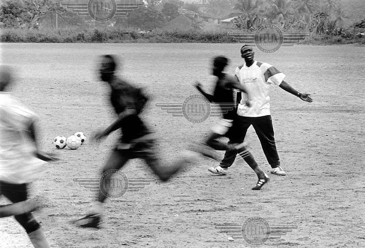 ©Rob Huibers/Panos Pictures..SIERRA LEONE Bo  1/2002..Players of second division club Nepean Stars  during their daily training session with coach Roxy Coomber. ......