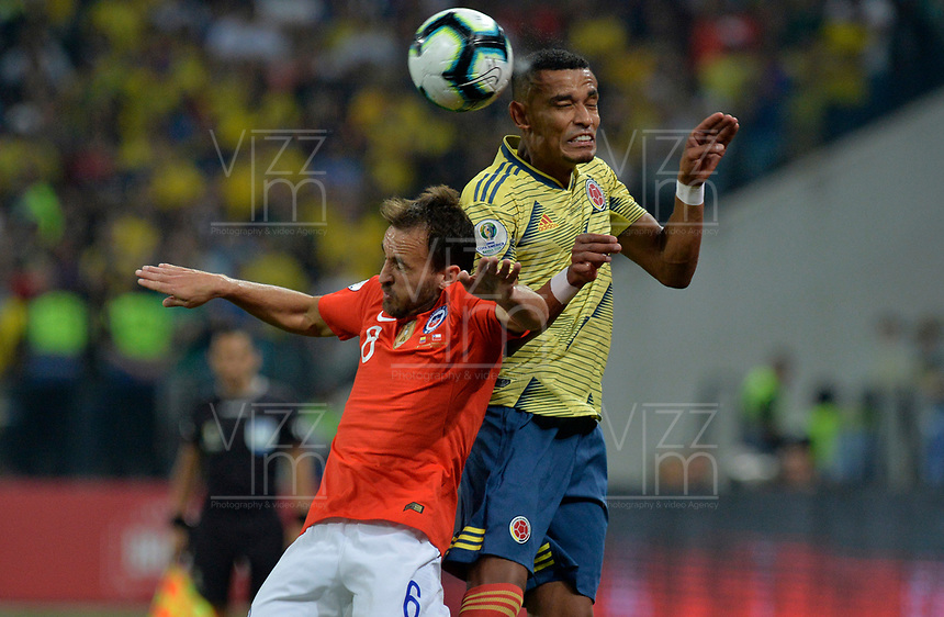 SAO PAULO – BRASIL, 28-06-2019: William Tesillo de Colombia disputa el balón con Jose Pedro Fuenzalida de Chile durante partido por cuartos de final de la Copa América Brasil 2019 entre Colombia y Chile jugado en el Arena Corinthians de Sao Paulo, Brasil. / William Tesillo of Colombia vies for the ball with Jose Pedro Fuenzalida of Chile during the Copa America Brazil 2019 quarter-finals match between Colombia and Chile played at Arena Corinthians in Sao Paulo, Brazil. Photos: VizzorImage / Julian Medina / Cont /