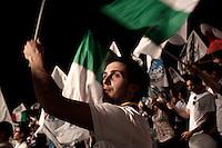 Milano: un sostenitore del PDL sventola una bandiera durante la campagna elettorale per l'elezione del sindaco di Milano
