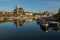 France, Yonne (89), Auxerre, l'yonne et de gauche à droite, la cathédrale Saint-Etienne d'Auxerre, l'abbaye Saint-Germain //  France, Yonne, Auxerre, the Yonne river, the Cathedral Saint Etienne of Auxerre, the abbey Saint Germain (right)