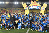 BOGOTÁ - COLOMBIA, 17-12-2017: Jugadores  de Santa Fe celebran con el trofeo como campeones de la Liga Águila II 2017 después del encuentro entre Independiente Santa Fe y Millonarios por la final vuelta de la Liga Aguila II 2017 jugado en el estadio Nemesio Camacho El Campin de la ciudad de Bogota. / Players of Santa Fe celebrate the title with the trophy as champions of Liga Aguila II 2017 after match between Independiente Santa Fe and Millonarios for the second leg final of the Aguila League II 2017 played at the Nemesio Camacho El Campin Stadium in Bogota city. Photo: VizzorImage/ Gabriel Aponte / Staff