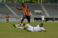 PEREIRA -COLOMBIA-04-10-2014. Carlos Arboleda (Izq) jugador Aguilas Pereira disputa el balón con Carlos Ramirez (Der) Envigado FC en partido por la fecha 13 de la Liga Postobon II 2014 jugado en el estadio Hernán Ramírez Villegas de Pereira./ Carlos Arboleda (L) player of Aguilas Pereira fights the ball with Carlos Ramirez (R)  Envigado FC for the 13th date of the Postobon League II 2014 played at Hernan Ramirez Villegas of Pereira city.  Photo:VizzorImage/ CONT