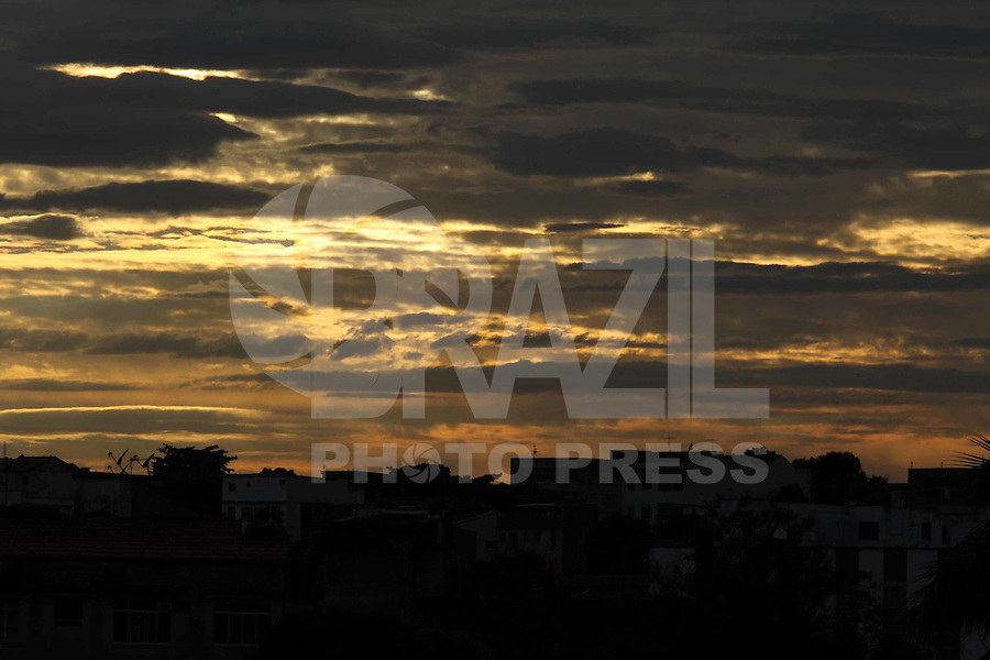 RIO DE  JANEIRO-RJ- 26 DE  OUTUBRO DE 201- Amanahece  na  Cidade  do Riode  Janeiro, parcilmente  incoberto. Zona Norte do Rio de  Janeiro.<br /> Foto: Guto Maia / News Free
