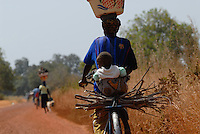 "Afrika Burkina Faso Frau mit Baby und Feuerholz auf Fahrrad - Transport xagndaz | .Western Africa Burkina Faso , woman with baby and fire wood on bicycle  .| [ copyright (c) Joerg Boethling / agenda , Veroeffentlichung nur gegen Honorar und Belegexemplar an / publication only with royalties and copy to:  agenda PG   Rothestr. 66   Germany D-22765 Hamburg   ph. ++49 40 391 907 14   e-mail: boethling@agenda-fototext.de   www.agenda-fototext.de   Bank: Hamburger Sparkasse  BLZ 200 505 50  Kto. 1281 120 178   IBAN: DE96 2005 0550 1281 1201 78   BIC: ""HASPDEHH"" ,  WEITERE MOTIVE ZU DIESEM THEMA SIND VORHANDEN!! MORE PICTURES ON THIS SUBJECT AVAILABLE!!  ] [#0,26,121#]"