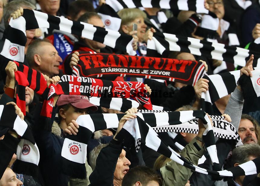Fans von Eintracht Frankfurt freuen sich über die Erfolge in Europa - 11.11.2018: Eintracht Frankfurt vs. FC Schalke 04, Commerzbank Arena, DISCLAIMER: DFL regulations prohibit any use of photographs as image sequences and/or quasi-video.