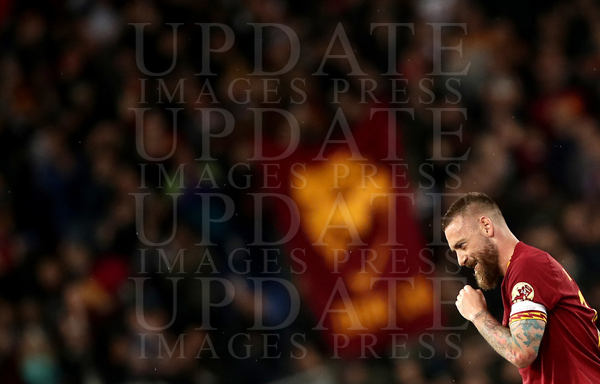 Football, Serie A: AS Roma - Parma, Olympic stadium, Rome, May 26, 2019. <br /> Roma's captain Daniele De Rossi greets his fans as he leaves the pitch during the Italian Serie A football match between Roma and Parma at Olympic stadium in Rome, on May 26, 2019.<br /> UPDATE IMAGES PRESS/Isabella Bonotto