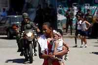 RIO DE JANEIRO, RJ, 01, OUTUBRO 2012 - ELEICOES RJ - OPERACAO EXERCITO - Tropas do Exército na comunidade do Muquiço, no Rio de Janeiro (RJ), na tarde desta segunda-feira (01). Dois mil homens do Exército vão patrulhar as comunidades da Zona Oeste. FOTO: GUTO MAIA / BRAZIL PHOTO PRESS).