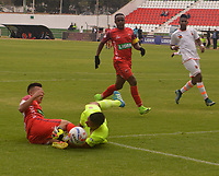 TUNJA - COLOMBIA - 18 - 03 - 2018: John Jairo Velasquez (Izq.) jugador de Patriotas F. C., disputa el balón con Santiago Londoño (Der.) guarameta de Envigado F. C., durante partido entre Patriotas FC y Envigado F. C., de la fecha 9 por la Liga de Aguila I 2018 en el estadio La Independencia en la ciudad de Tunja. / John Jairo Velasquez (L) of Patriotas F. C., figths the ball with Santiago Londoño (R) goalkeeper of Envigado F. C., during a match between Patriotas F. C. and Envigado F. C., of the 9th date for the Liga de Aguila I 2018 at La Independencia stadium in Tunja city. Photo: VizzorImage  /  Jose Miguel Palencia / Cont.
