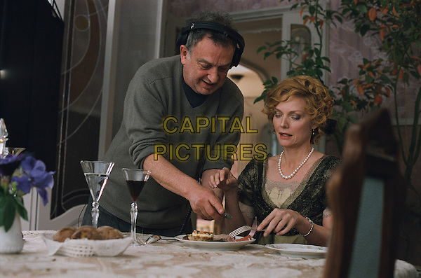 STEPHEN FREARS (DIRECTOR) & MICHELLE PFEIFFER.on the set of Cheri.*Filmstill - Editorial Use Only*.CAP/FB.Supplied by Capital Pictures.
