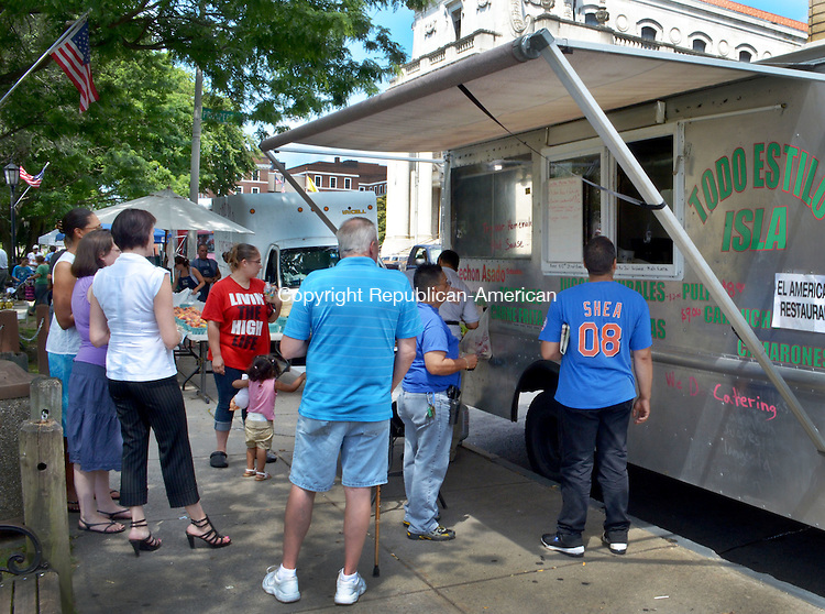 WATERBURY, CT-09 August 2012-080912AP02- People line up for food sold by the El Americano food truck at the Waterbury Green farmers market. .Alexandra Pape Republican-American.