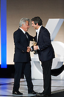 Ricardo Darin  gives de award to Dustin Hoffman, special price of San Sebastian Film Festival
