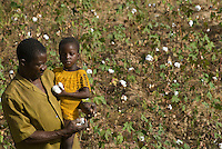 Burkina Faso , Anbau von fairtrade und Biobaumwolle auf Biohof von Farmer Nayaga Daniel im Dorf Dapury bei Ouagadougou, Farmer mit Tochter / Burkina Faso - organic and fairtrade cotton project