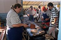 Europe/France/Aquitaine/64/Pyrénées-Atlantiques/Saint-Jean-de-Luz: Cuisson du thon  à la plancha lors de la fête du thon
