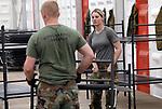 Foto: VidiPhoto<br /> <br /> NIJMEGEN - Op de plek waar Defensie een paar handen tekort komt, wordt maandag vrachtwagenchauffeur Lotte van Esse van de 220e transportcompagnie uit Stroe ingezet. Ze doet voor de mannen, in dit geval personeel van het Korps Mariniers, niet onder. Op dit moment werken zo'n 70 mannen en slechts vier vrouwen aan de inrichting van militair tentenkamp Heumensoord, waar tijdens de Vierdaagse van Nijmegen (van 18-21 juli) zo'n 6500 militairen, begeleiders en stafmedewerkers verblijven. Er worden ruim veertig enorme manschappenverblijven ingericht voor militairen uit 31 landen. De grootste tent is 90 meter lang en 15 meter breed en kan 480 militairen herbergen. Vanwege mogelijk terroristische dreiging worden extra maatregelen genomen. Daarover worden inhoudelijk geen verdere mededelingen gedaan. Voor de internationale wandelvierdaagse van Nijmegen hebben zich 50.403 wandelaars ingeschreven; 47.000 mogen er meedoen, duizend wandelaars meer dan vorig jaar. De Vierdaagse (The Walk of the World) is het grootste wandelevenement ter wereld.