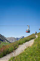Germany, Bavaria, Upper Allgaeu, Oberstdorf: Fellhorn cable car heading for upper station, at background the Allgaeu Alps | Deutschland, Bayern, Oberallgaeu, oberhalb Oberstdorf: die Fellhornbahn auf dem Weg zur Gipfelstation vor den Allgaeuer Alpen