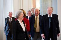 Berlin, Bundespräsident Joachim Gauck kommt am Montag (17.06.13) im Schloss Bellevue mit Zeitzeugen aus Anlass des 60. Jahrestages des Volksaufstands vom 17. Juni 1953 zu einem Fototermin. Foto: Steffi Loos/CommonLens