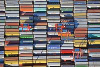 Container und Carrier am Burchardkaii: EUROPA, DEUTSCHLAND, HAMBURG, (EUROPE, GERMANY), 15.03.2016 Der HHLA Container Terminal Burchardkai ist die groesste und aelteste Anlage f&uuml;r den Containerumschlag im Hamburger Hafen. Hier, wo 1968 die ersten Stahlboxen abgefertigt wurden, wird heute etwa jeder dritte Container des Hamburger Hafens umgeschlagen. 25 Containerbruecken arbeiten an den Tausenden Schiffen, die hier jaehrlich festmachen, und taeglich werden mehrere Hundert Eisenbahnwaggons be- und entladen. Mit dem laufenden Aus- und Modernisierungsprogramm wird die Kapazit&auml;t des Terminals in den kommenden Jahren schrittweise ausgebaut. <br /> Der wichtigste und bekannteste Containertyp ist der 40 feet Container fuer die Handelsschifffahrt mit den Ma&szlig;en 12,192 &times; 2,438 &times; 2,591 m. Von diesem Containertyp nach ISO 668 (freight container) sind ueber Millionen im Verkehr.<br /> Der Fracht- oder Schiffscontainer wurde im Jahr 1956 von dem Reeder Malcolm McLean an der US-Ostkueste fuer den Gueterverkehr eingefuehrt.  Die Frachtcontainer wurden zur Basis der Globalisierung der Wirtschaft; mit ihnen wird u. a. der Grossteil des Warenhandels mit Fertigprodukten abgewickelt. <br /> 20-Fu&szlig;-Container &ndash; die sogenannten TEU (Twenty-foot Equivalent Unit) &ndash; und 40-Fu&szlig;-Container (FEU = forty foot equivalent unit):<br /> Die 20&rsquo;-Standardcontainer messen (au&szlig;en) 6,058 &times; 2,438 &times; 2,591 Meter. Ein Container Carrier bring einen Container zu einem fest bestimmten Platz.