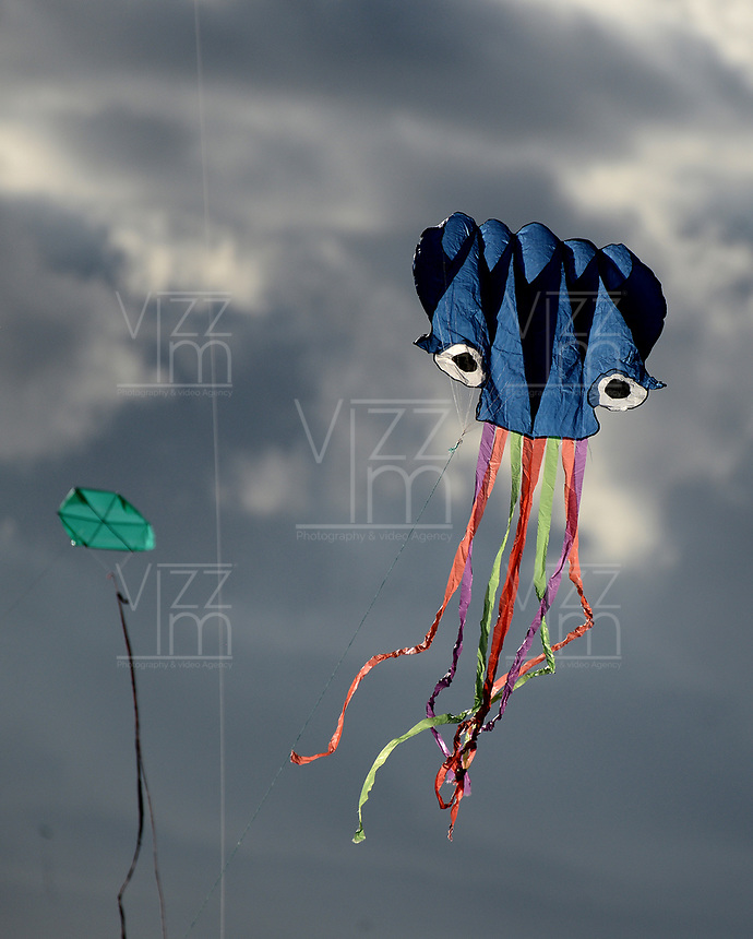 BOGOTÁ -COLOMBIA. 13-08-2017: El mes de agosto se define como la época para salir a levar cometas en Colombia. En la imagen cometas son elevadas en el parque Santa Agueda de la ciudad de Bogotá, Colombia. / August is the moth to go aout to play with kites in Colombia. In the image kites are elevated by peolple at Santa Agueda park in Bogota, Colombia. Photo: VizzorImage/ Gabriel Aponte / Staff