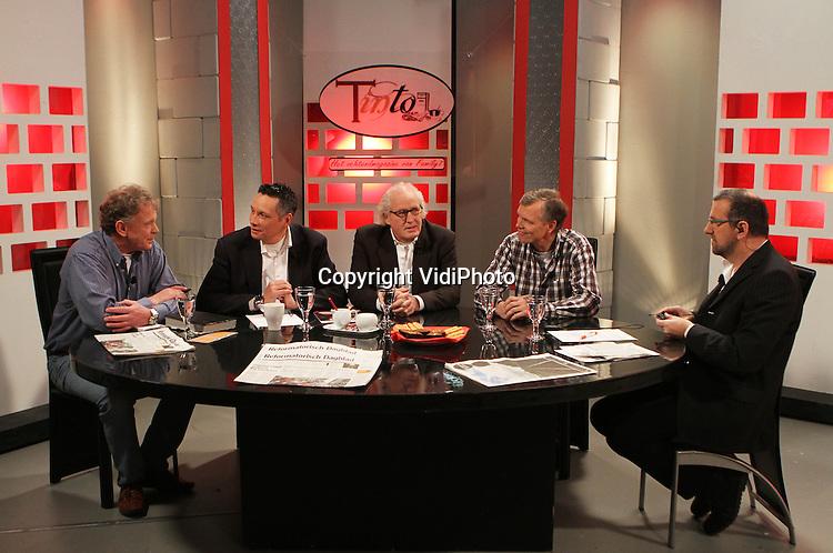 Foto: VidiPhoto..APELDOORN - De studio van de tv-zender Family7 in Apeldoorn tijdens de uitzending van Café Tinto, het ochtendmagazine van de christelijke omroep. In het midden oprichter Dolf van de Vegte..