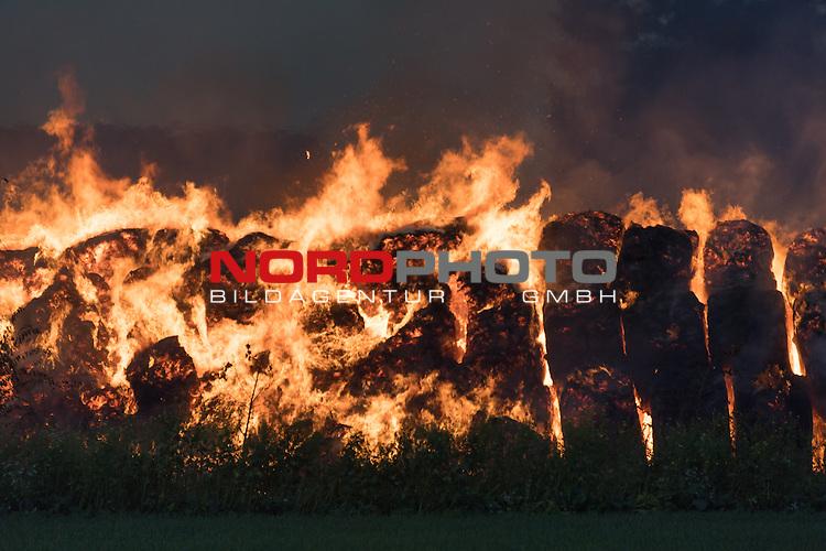 15.10.2016, Lohne, Klein Brockdorf, GER, 3800 Stroballon gehen in Flammen auf, im Bild<br /> Rund 100 Feuerwehrkameraden aus drei Wehren bekaemoften am Samstag morgen einen Brand in Kleinbrockdorf ( Lohne - Landkeis Vechta) als 3800 Stroh und Heuballen Opfer der Flammen wurde. Nach Angaben des Besitzers wurden die 40 Pferde in der angrenzenden Stallungen  in Sicherheit gebracht<br /> <br /> Foto &copy; nordphoto / Kokenge