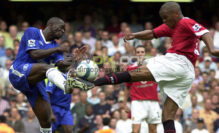 PIX: Football. FA Premiership. Chelsea-Manchester United, Stamford Bridge, London, 15th August 2004...COPYRIGHT PICTURE>> SIMON WILKINSON>>0870 092 0092>>..Claude Makelele and Quinton Fortune challenge for the ball...