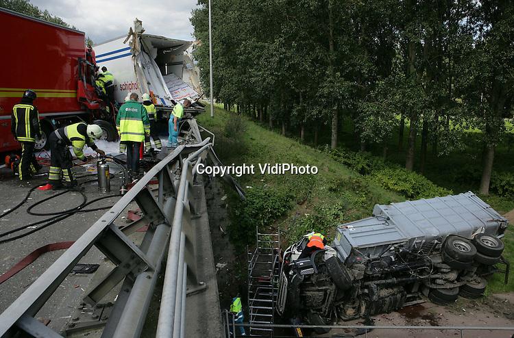 Foto: VidiPhoto..NIJMEGEN - Bij een ongeval op de A73 bij Nijmegen zijn drie vrachtwagens betrokken geraakt. Een van de wagens schoot daarbij door de vangrail van het viaduct en kwam op de daarover gelegen Wijchenseweg terecht. De oorzaak van het ongeval is nog onbekend. Twee chauffeurs raakten gewond.