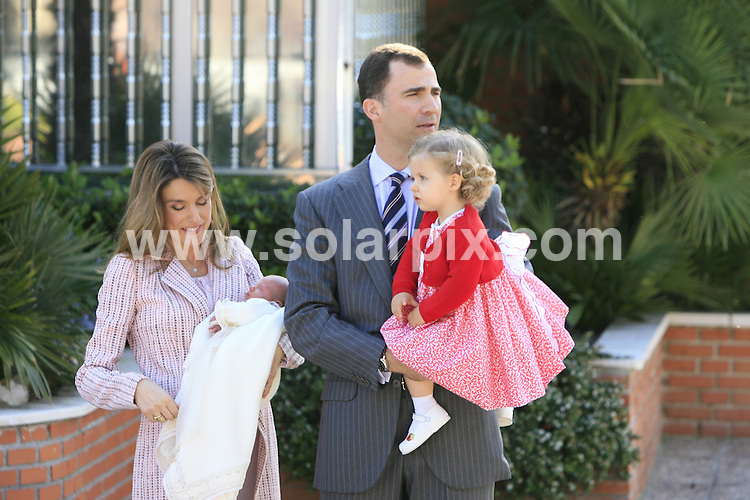 **ALL ROUND PICTURES FROM SOLARPIX.COM**.SYNDICATION RIGHTS FOR UK, CANADA, USA, SOUTH AFRICA, SOUTH AMERICA, DUBAI, AUSTRALIA, NEW ZEALAND, GREECE, ASIA.Prince Felipe de Borbon of Spain & wife Letiza present to the worlds press today their new royal baby Sofia outside the Ruber Clinic today in Madrid Spain.This pic..JOB REF: 3827      SPA     DATE:04.05.07.**MUST CREDIT SOLARPIX.COM OR DOUBLE FEE WILL BE CHARGED* *UNDER NO CIRCUMSTANCES IS THIS IMAGE TO BE REPRODUCED FOR ANY ONLINE EDITION WITHOUT PRIOR PERMISSION*