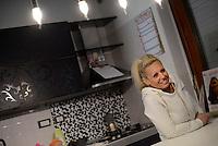 Roma, 7 Dicembre 2016<br /> Roberta Maggi in attesa dello sgombero.<br /> Presidio contro lo sfratto di Roberta Maggi una donna disoccupata con 2 bambini in Via Fillia, periferia di Roma.<br /> Nel presidio la deputata Roberta Lombardi del Movimento 5 Stelle che per prevenire lo sfratto  nel luglio 2015 aveva stabilito la sua residenza parlamentare presso l'abitazione della signora Maggi.<br /> <br /> <br /> Gli immobili dei Piani di Zona sono stati realizzati per essere assegnati a famiglie in emergenza abitativa, su terreno del Comune di Roma e con il contributo di finanziamenti pubblici. Ma gli inquilini o gli acquirenti subiscono sfratti per morosità dopo aver pagato per anni dei canoni di locazione o prezzi di vendita molto più alti di quelli del libero mercato, talvolta per alloggi senza abitabilità, senza servizi e senza allaccio in fogna.